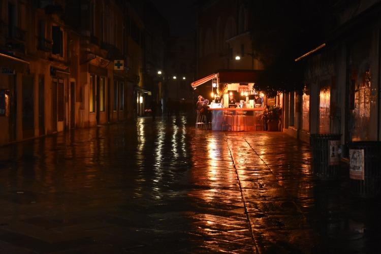 Strada Nove at night.JPG
